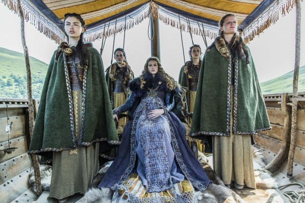 Vikings-Princess-Aslaug-Alyssa-Sutherland-and-her-maidens-600x399